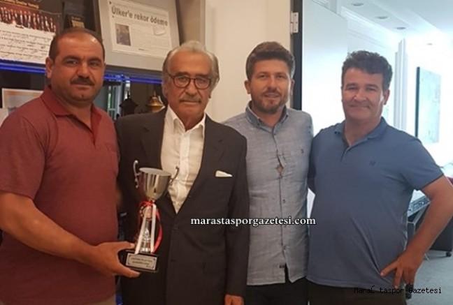 Eski Devlet Bakanı Ali Doğan'a kupayı takdim ettiler