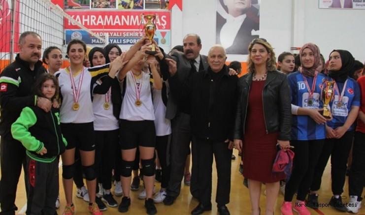Genç Kızlar Voleybol'da Şampiyon Kara Lise