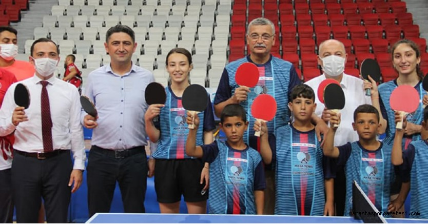 Kahramanmaraş'ta Raketini Kardeşlik için Salla Turnuvası yapıldı