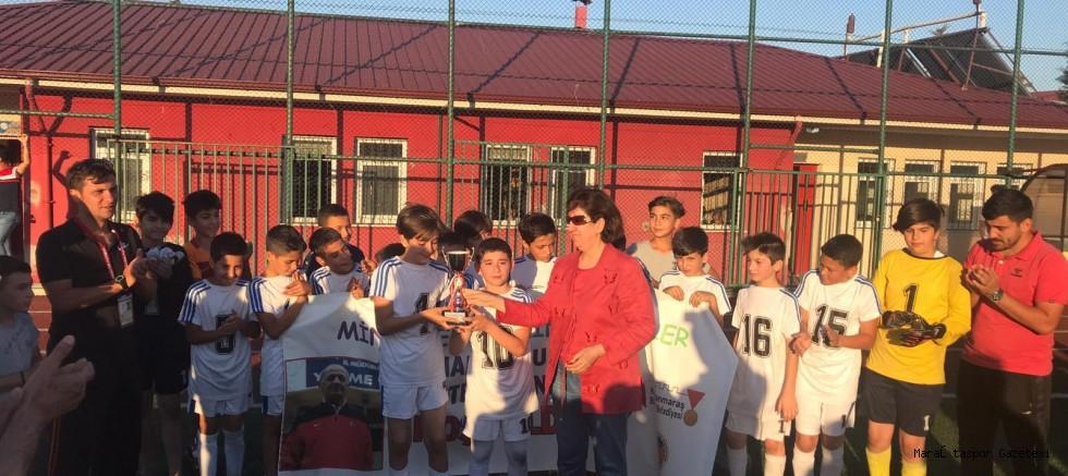Şampiyon Gençlikspor'a kupasını Osman Çullu'nun Eşi Verdi
